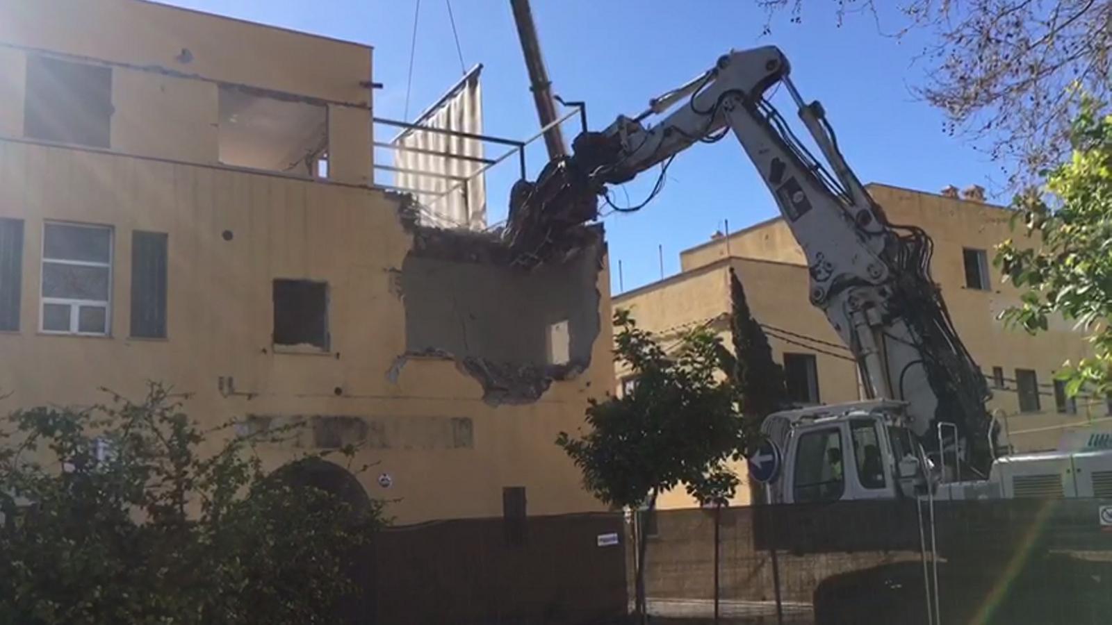 Inici de les obres de demolició d'un dels edificis del Contramoll-Mollet del Port de Palma