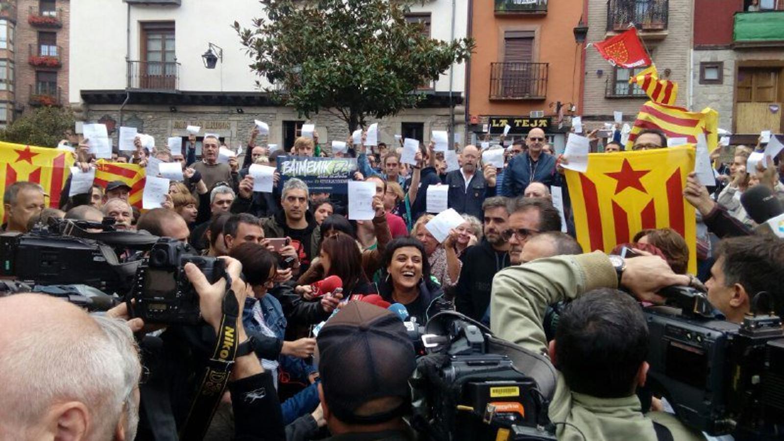La policia municipal de Vitòria desallotja una xerrada d'Anna Gabriel sobre l'1-O