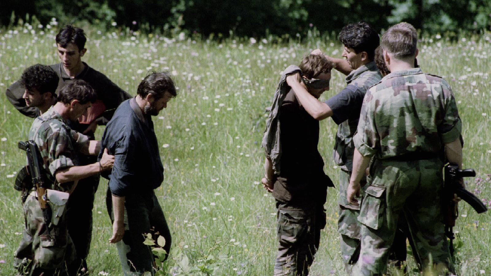 Militars croats tapen els ulls a diversos presoners bosnis musulmans. / REUTERS