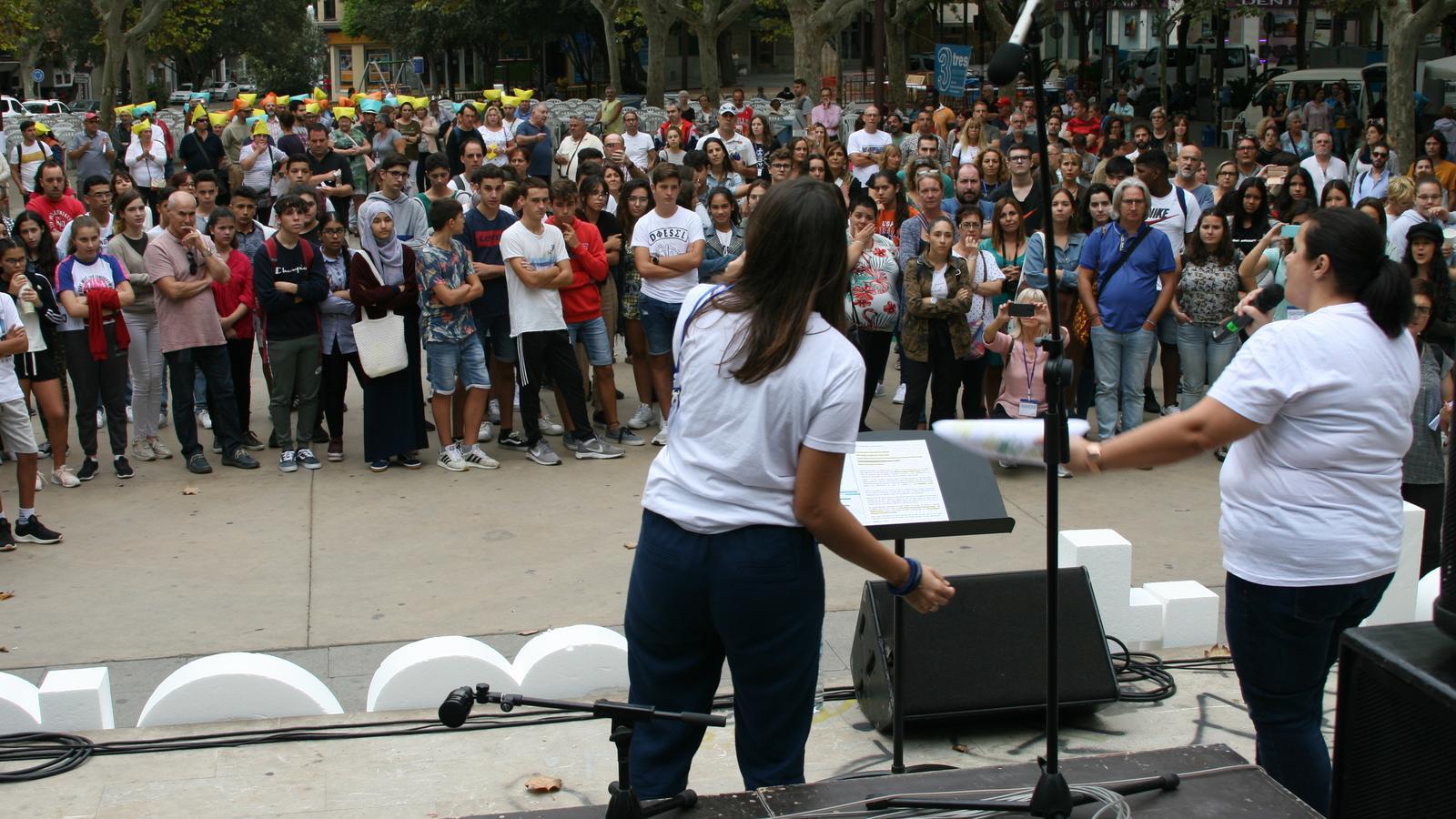 Núria Galmés i Encarna Valera cantant 'Som aquí', la cançó d'homenatge al voluntariat de la torrentada.
