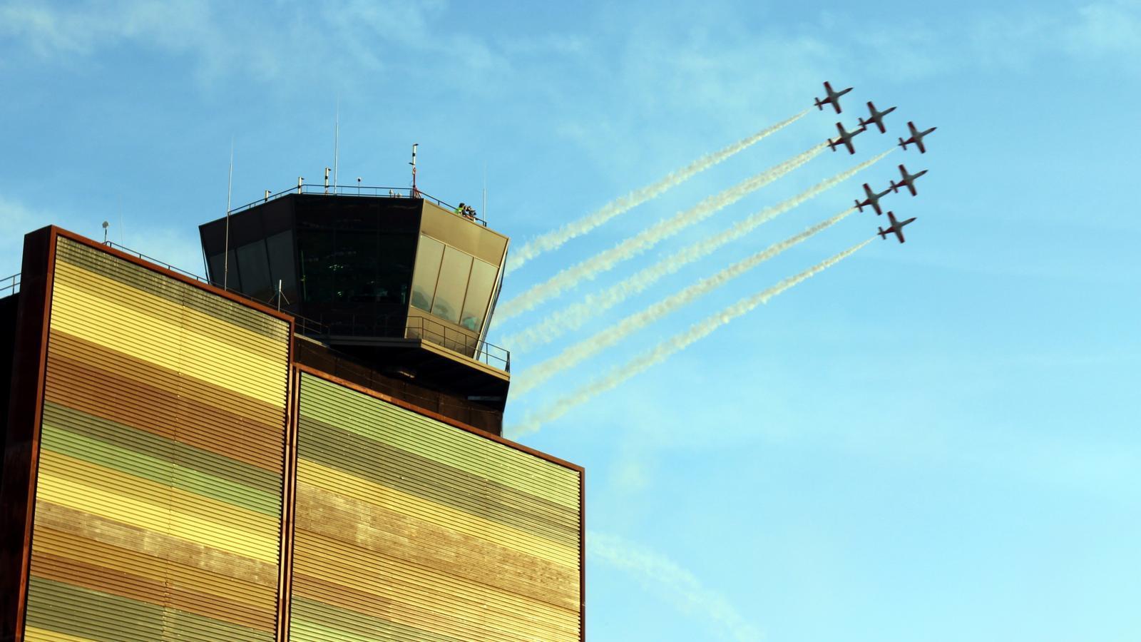 Una patrulla acrobàtica d'avions sobrevola l'aeroport d'Alguaire durant la Festa al Cel