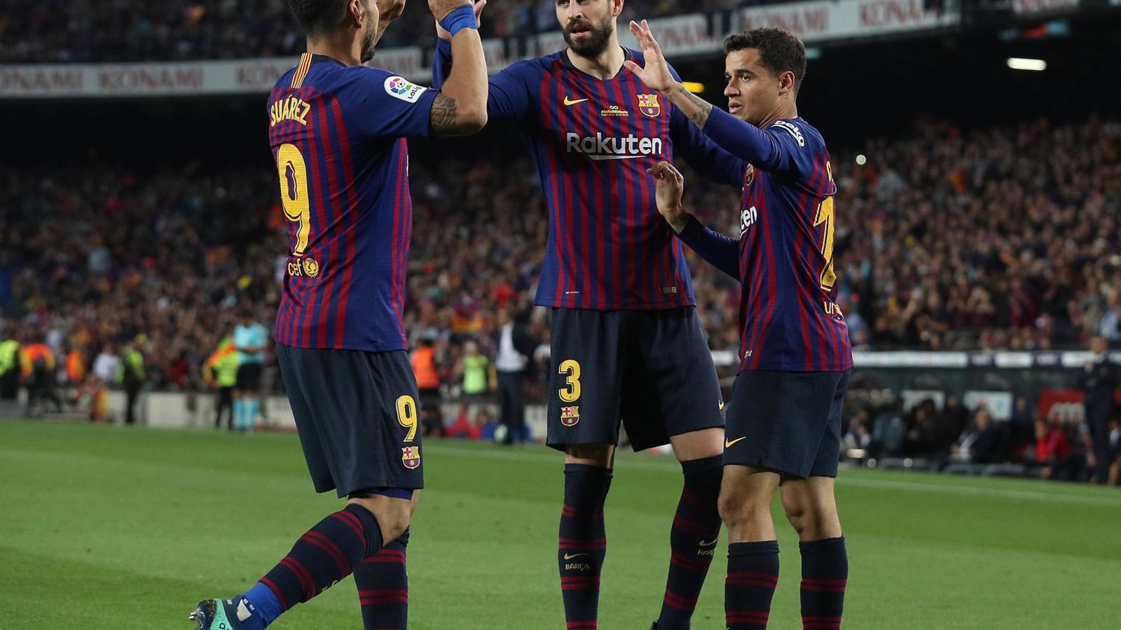 Suárez i Piqué felicitant Coutinho per un gol