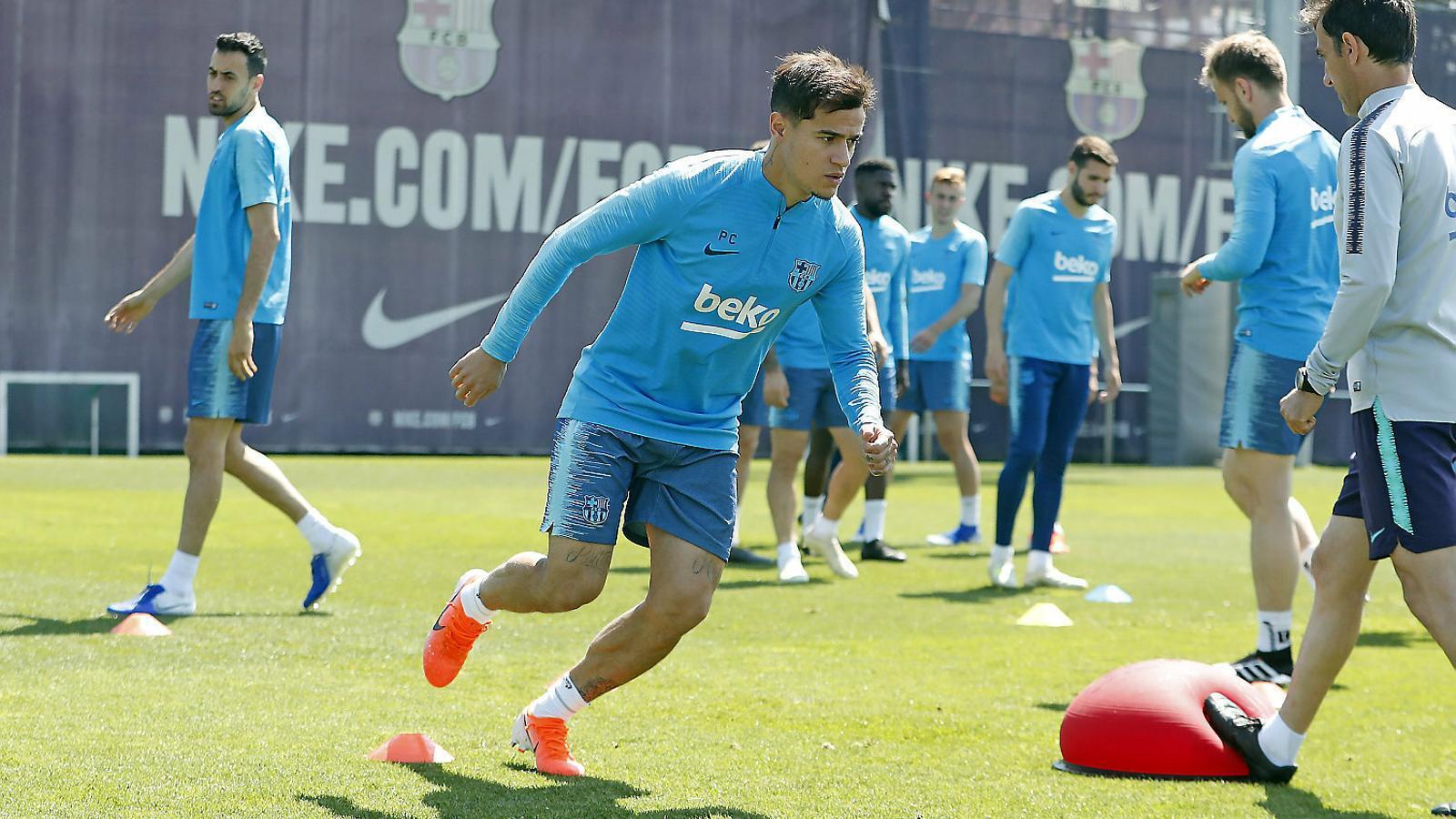 Coutinho durant l'entrenament d'ahir, en què va treballar al mateix ritme que els seus companys.