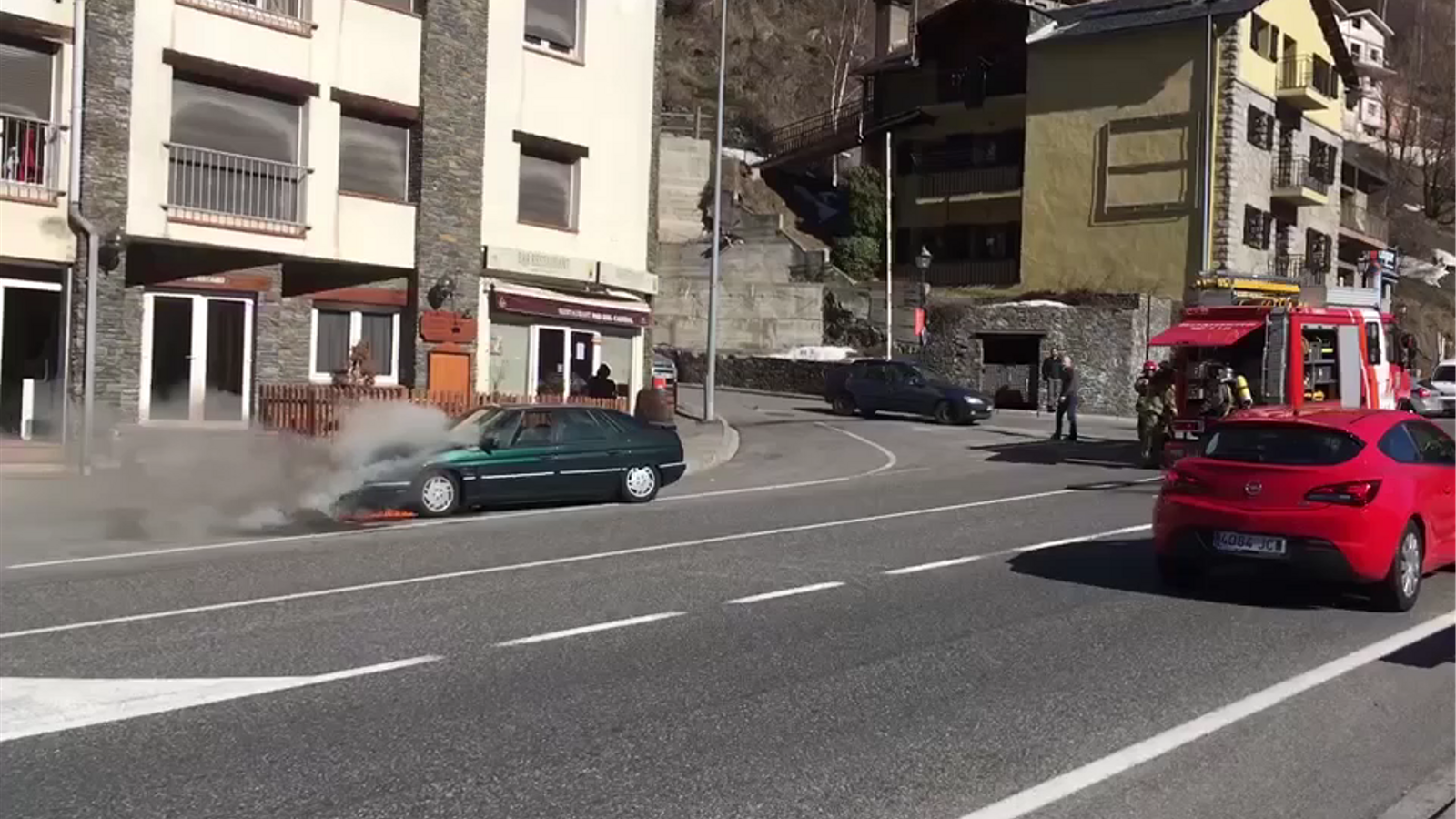 Un vehicle en flames a l'Aldosa de Canillo