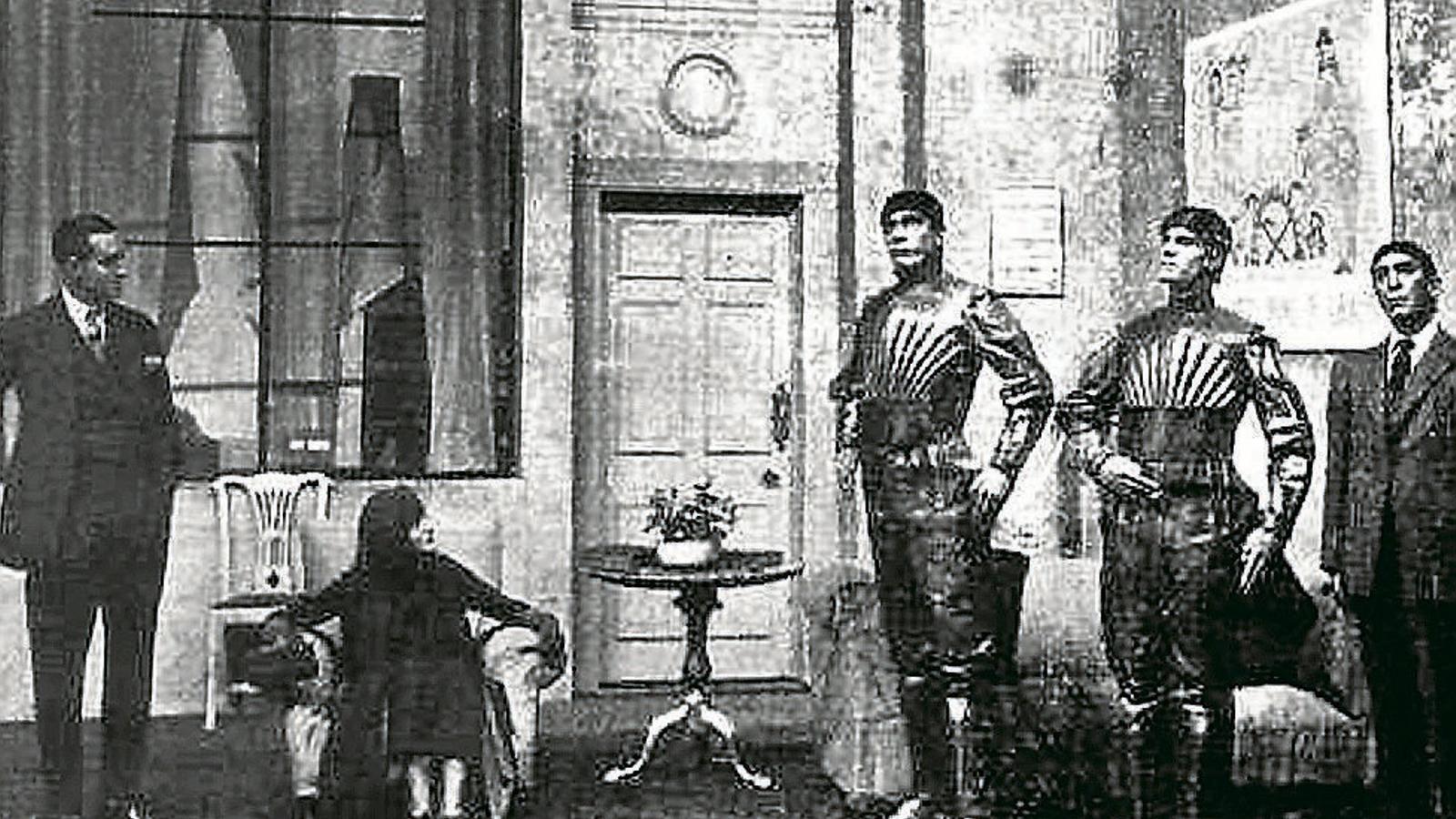 01. Cartell promocional de R.U.R. a Nova York entre 1936 i 1939.  02 i 03. Imatges de les primeres representacions de l'obra els anys 1920.