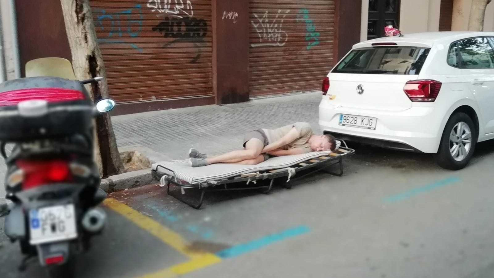 Un home instal·la el seu llit a una zona O.R.A de Santa Catalina