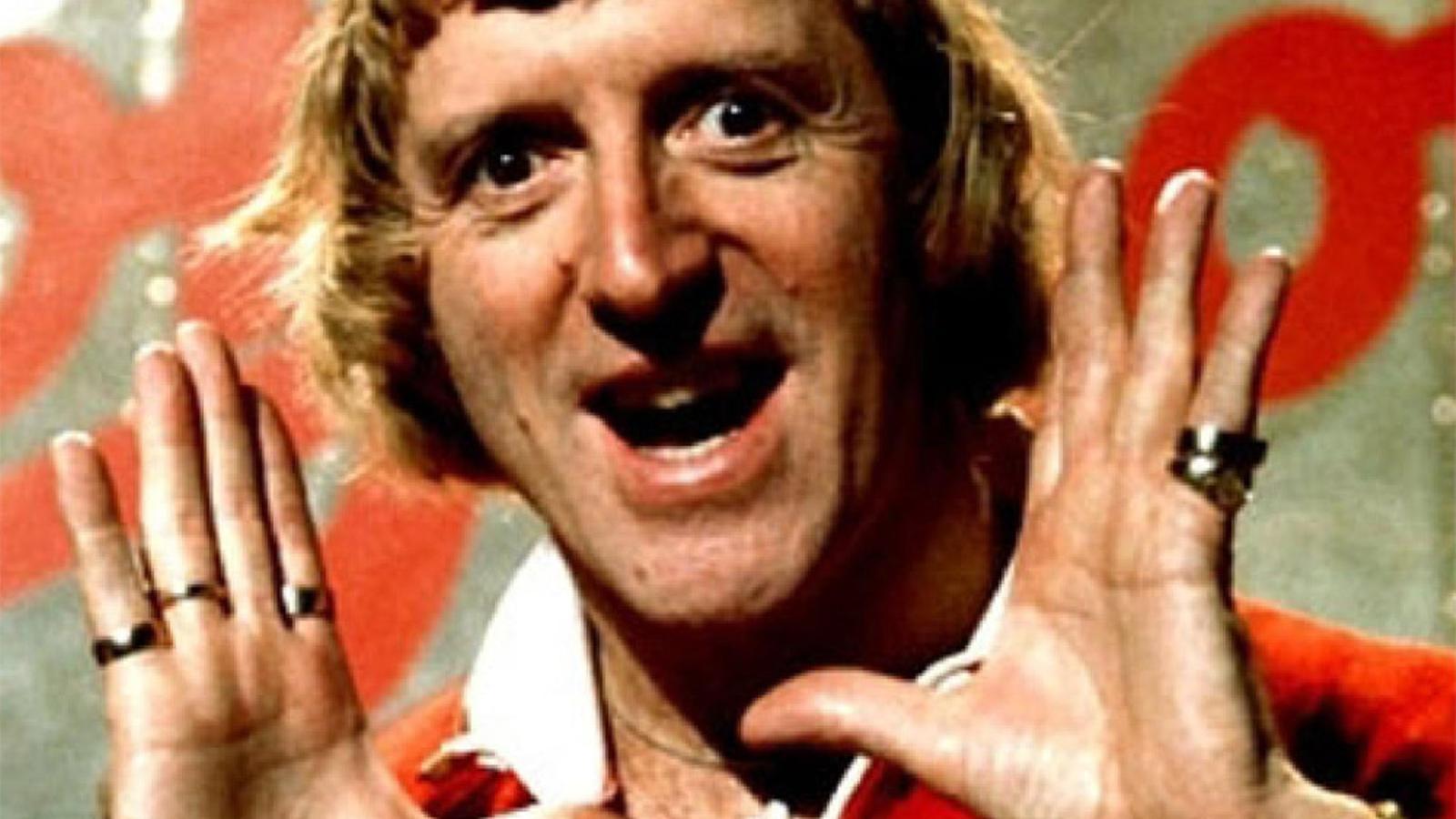 UNA ICONA EXTRAVAGANT  Jimmy Savile va ser un dels rostres més populars de la BBC i va ser qui va presentar  la primera etapa de Top of the pops, el programa musical per excel·lència  de la televisió pública britànica.