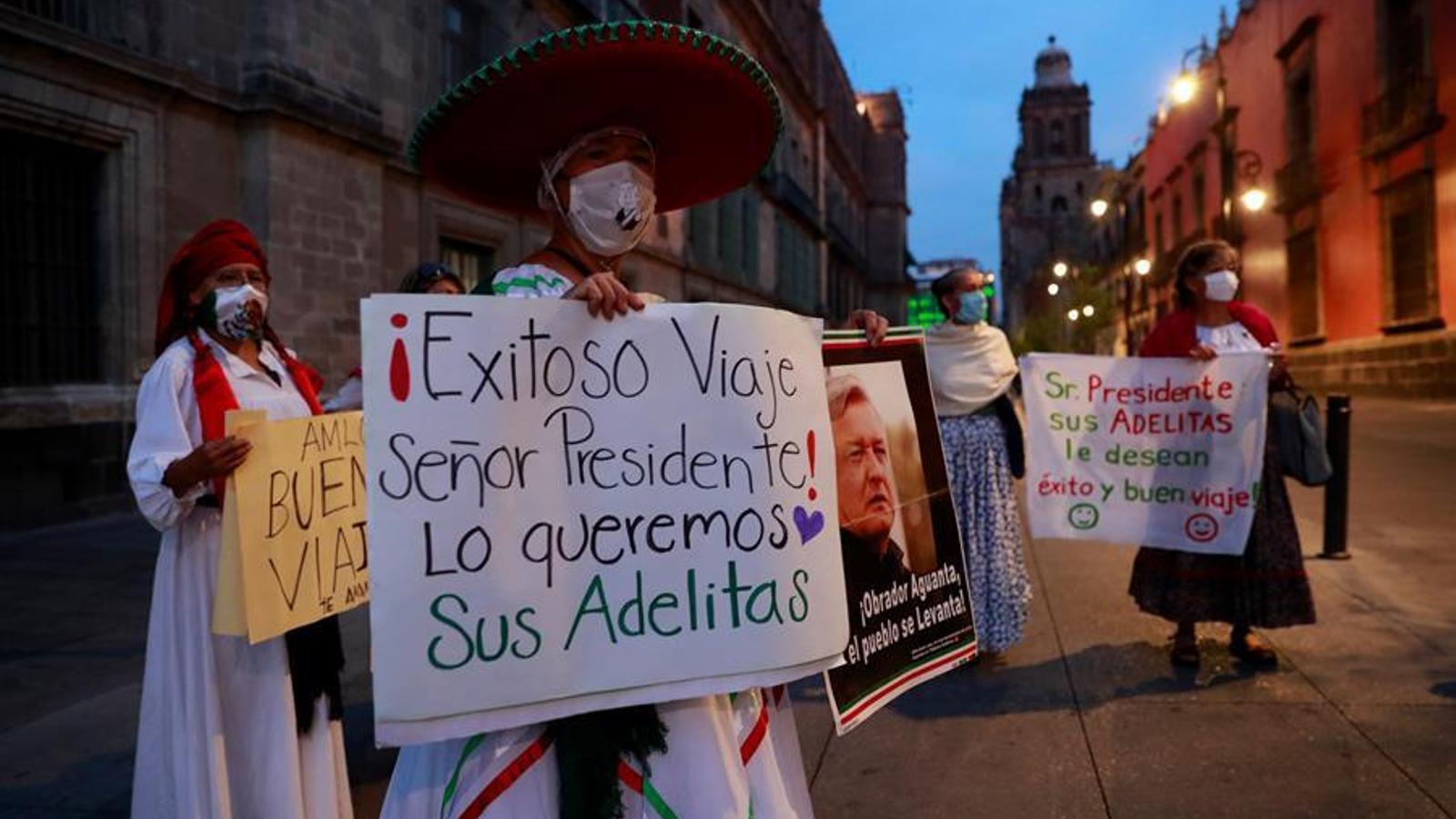 Simpatitzants del president López Obrador li desitgen un bon viatge als Estats Units