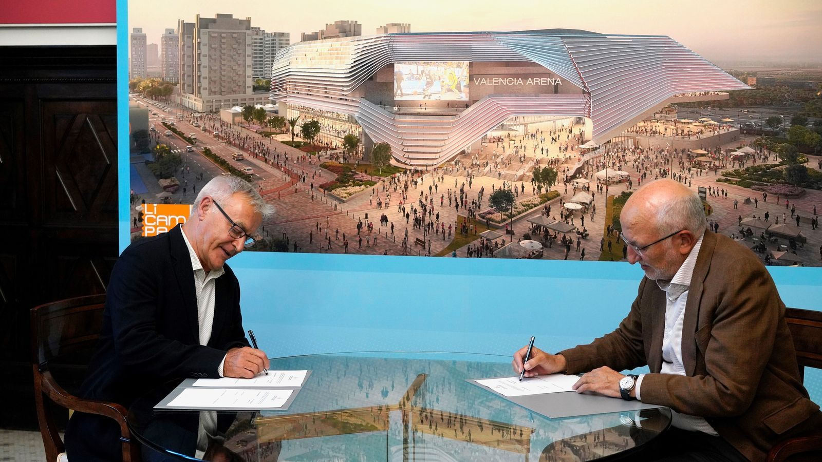 L'alcalde de València, Joan Ribó (e), i l'empresari Juan Roig (d), propietari de Mercadona, durant la signatura de l'acord per a la construcció del nou pavelló de la ciutat, aleshores anomenat València Arena