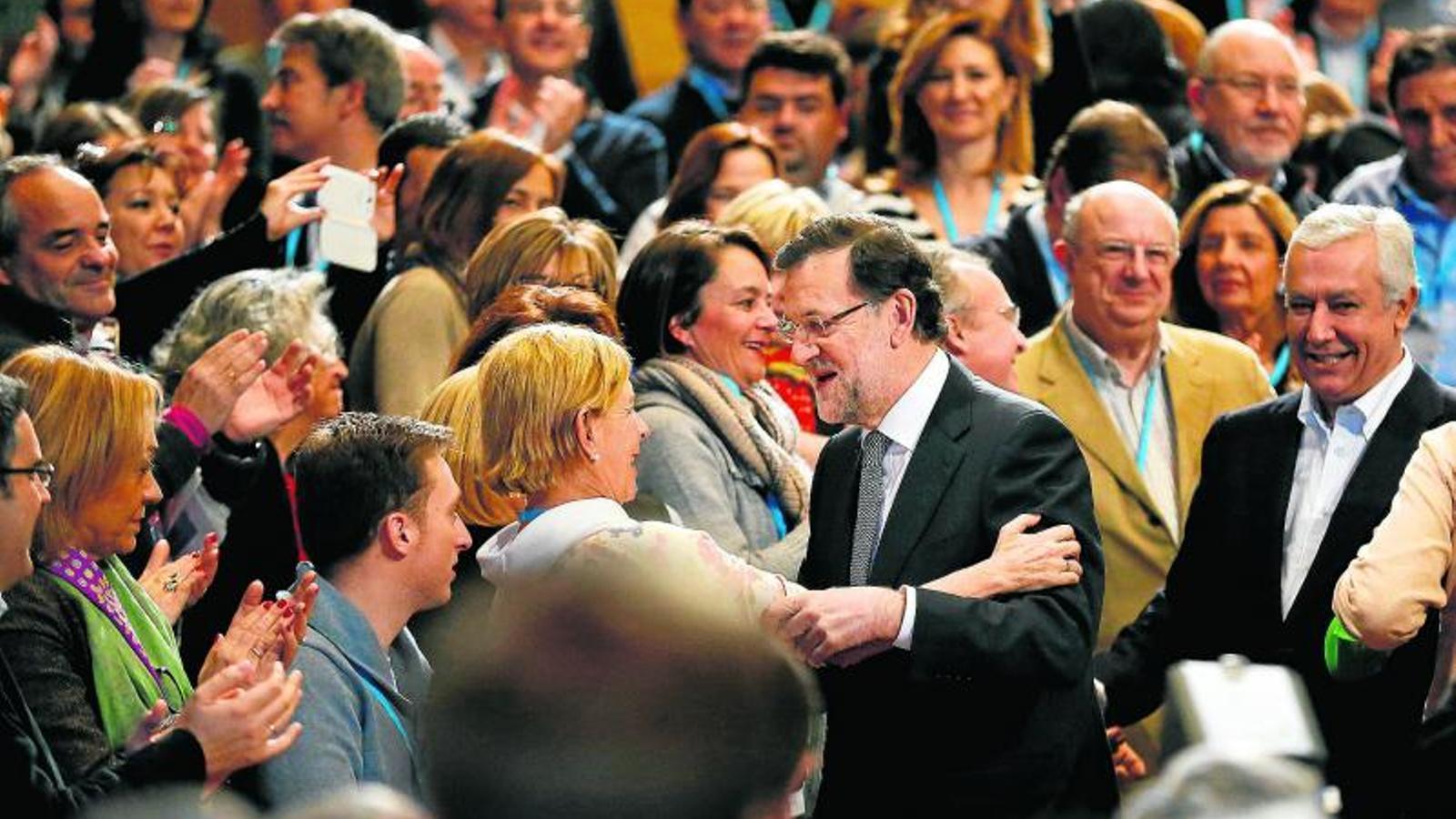 RAJOY BUSCA ESCALF Després d'una setmana de tensió interna, Rajoy va trobar l'escalf dels seus.
