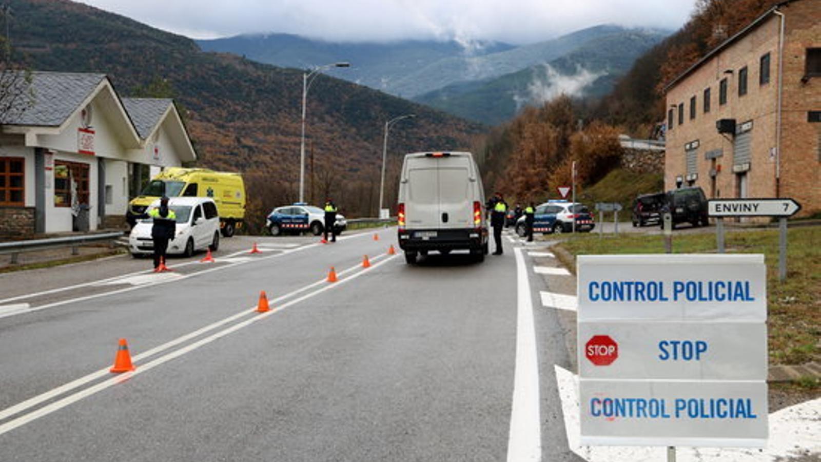 Un control de mobilitat dels Mossos a Sort, aquest divendres. / ACN
