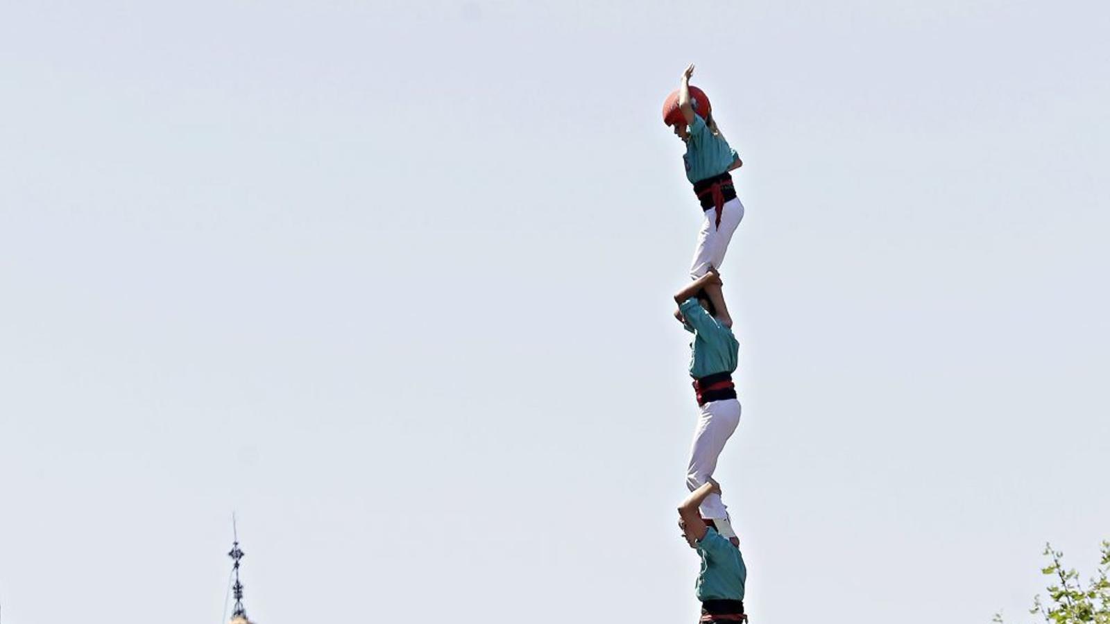 Tres de nou amb folre i agulla dels Castellers de Vilafranca, durant la festa major de Mataró.