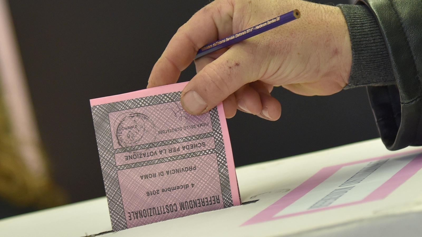Un home deposita el seu vot en el plebiscit d'aquest diumenge.
