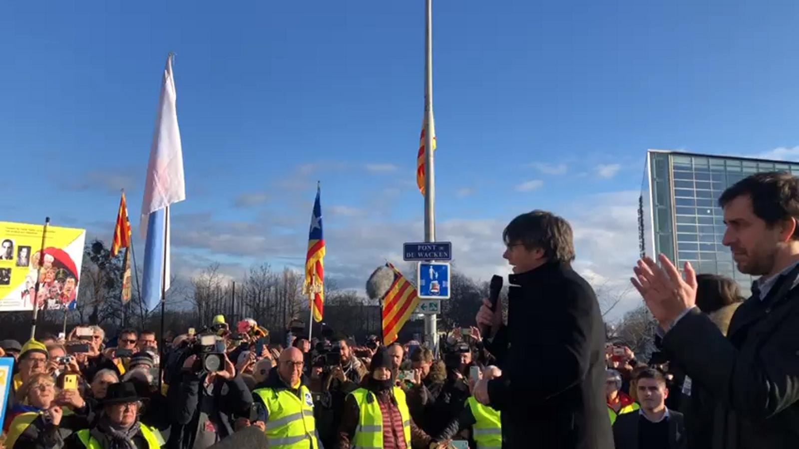 L'expresident Carles Puigdemont davant del Parlament Europeu