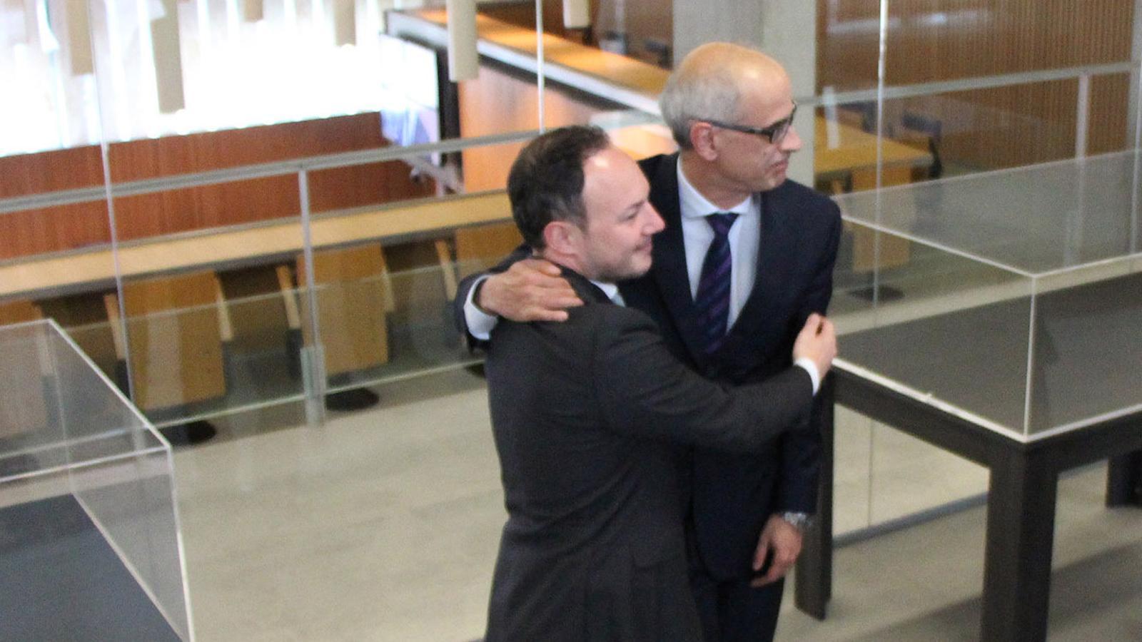 El nou cap de Govern, Xavier Espot, saluda Toni Martí, després de la seva investidura. / M. F. (ANA)
