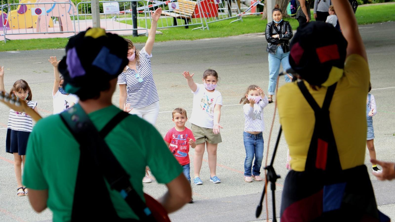 Nens divertint-se amb l'agrupació musical de la Festa del Poble d'Encamp. / E.C. (ANA)