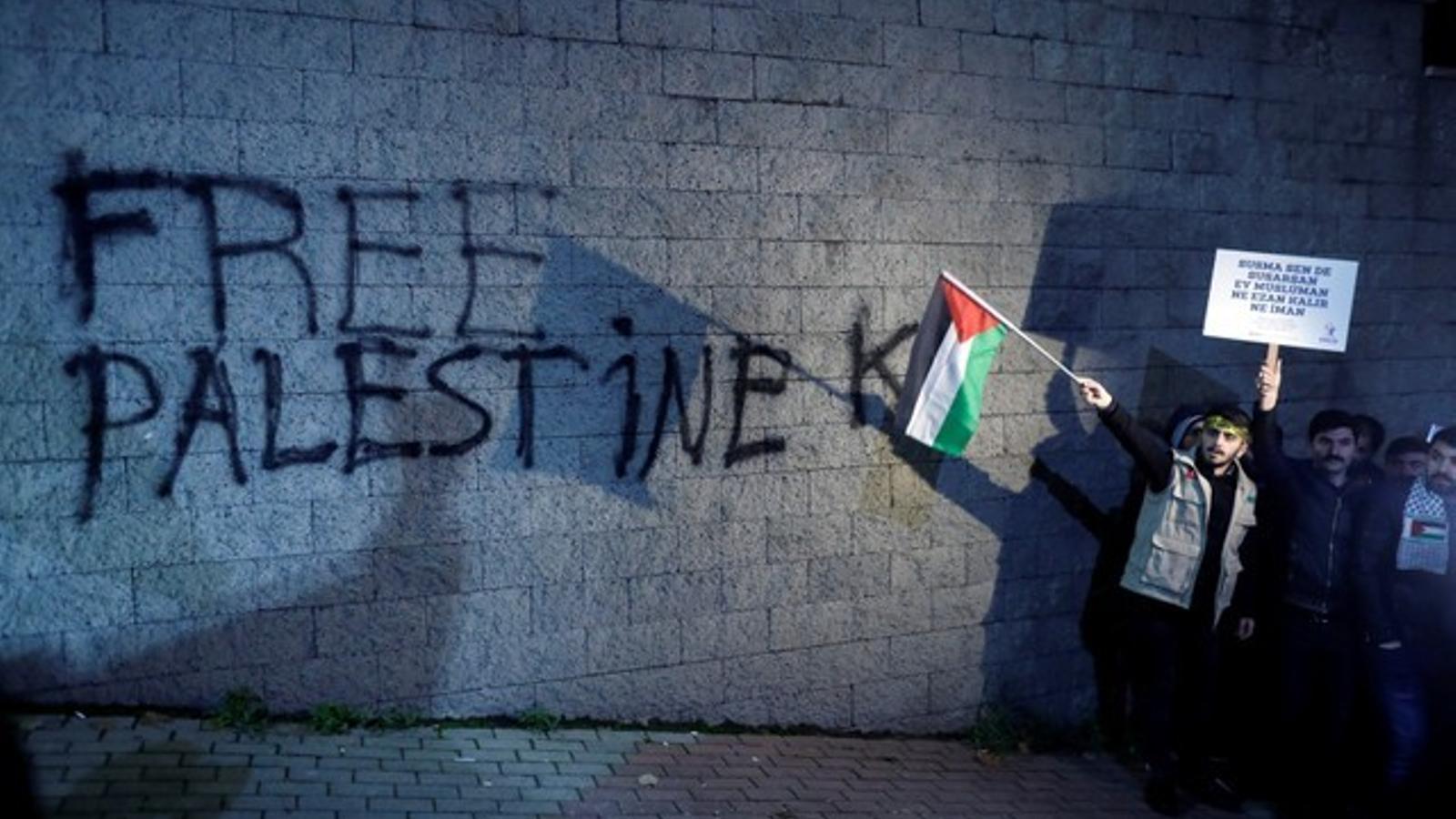 """Una pintada demana """"llibertat per a Palestina"""" en una paret d'Istanbul, aquest dimecres poc després de l'anunci de Trump."""