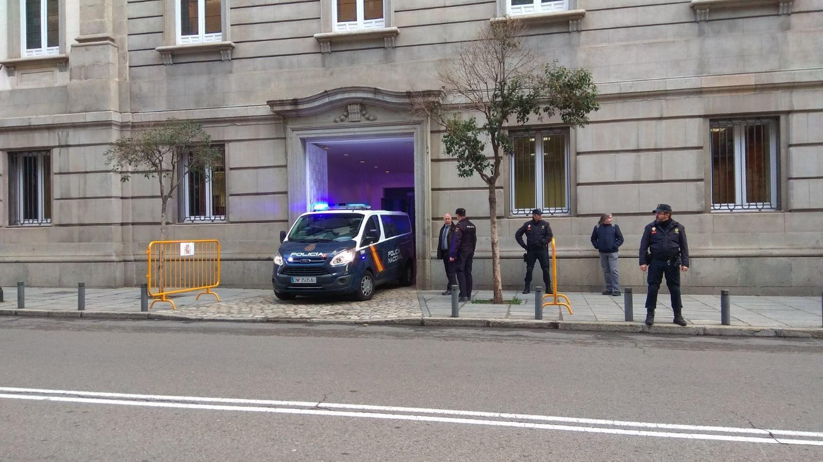 Furgó de la Policia Nacional entrant al Tribunal Suprem. / ARA
