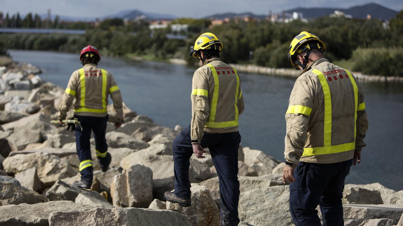 Tres efectius del cos de Bombers de la Generalitat en una imatge d'arxiu