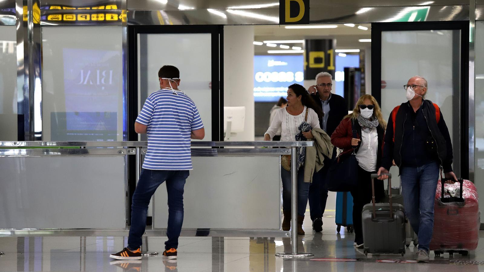 Passatgers arriben a l'aeroport de Son Sant Joan de Palma