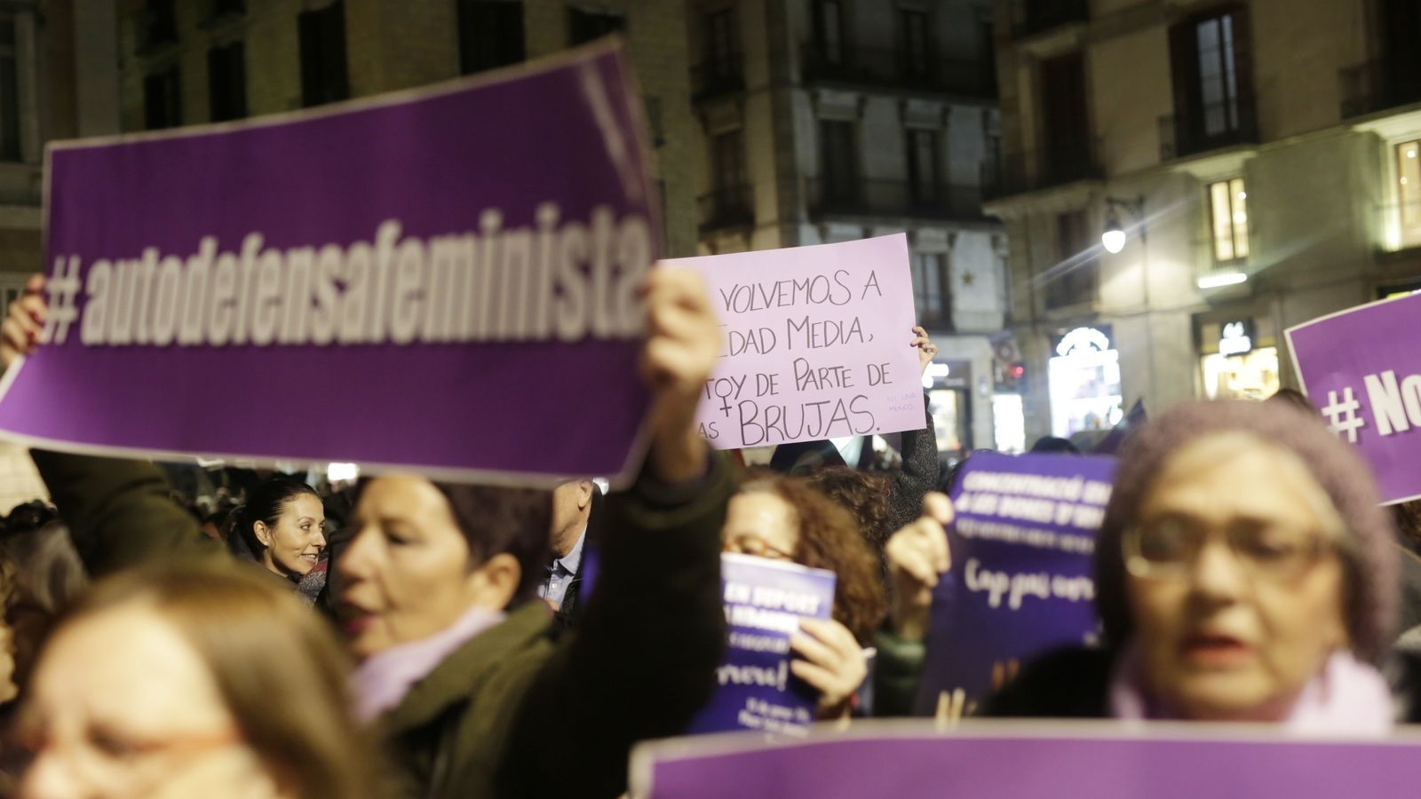 La concentració feminista a la plaça Sant Jaume