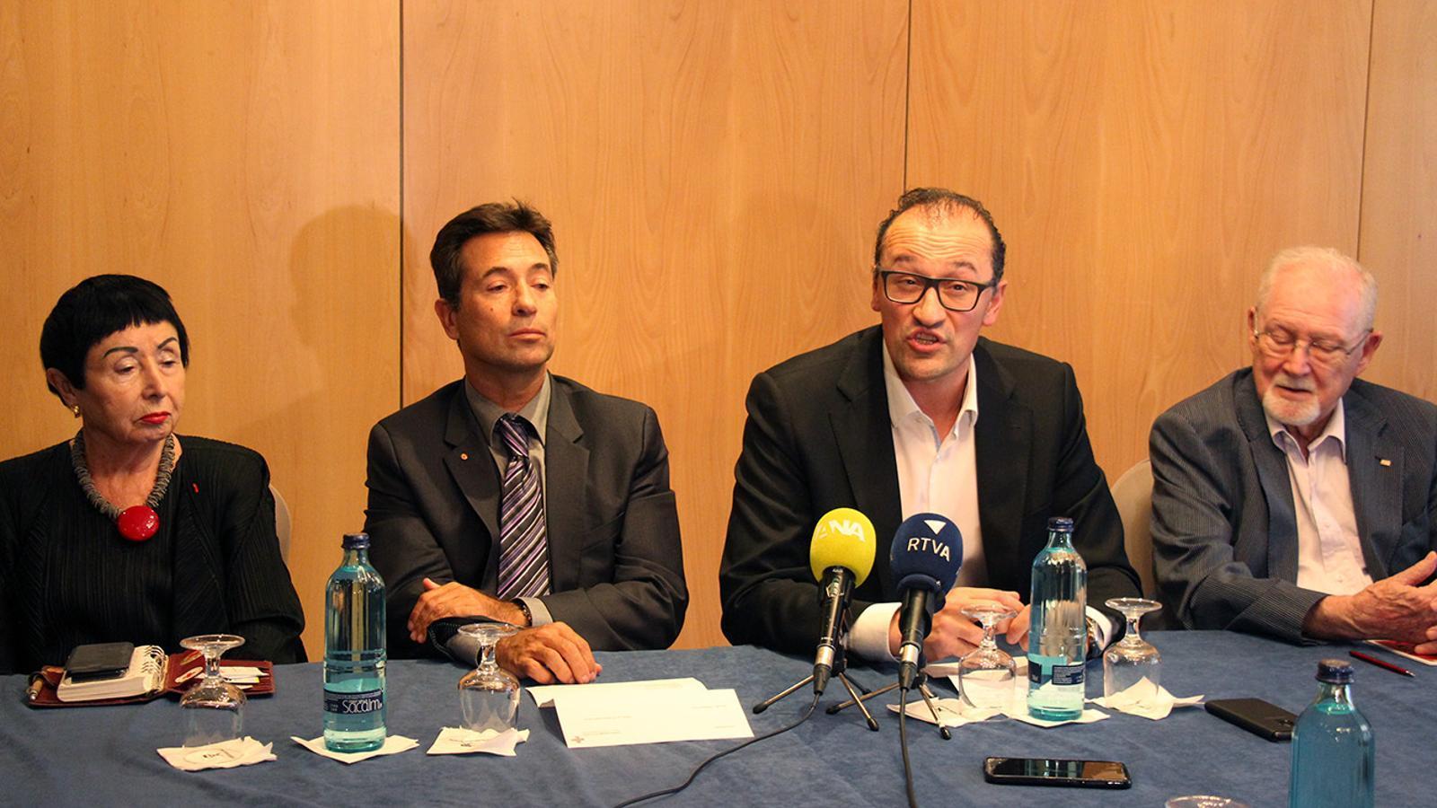 El representants de les tres entitats expliquen l'acord. / C. F. (ANA)
