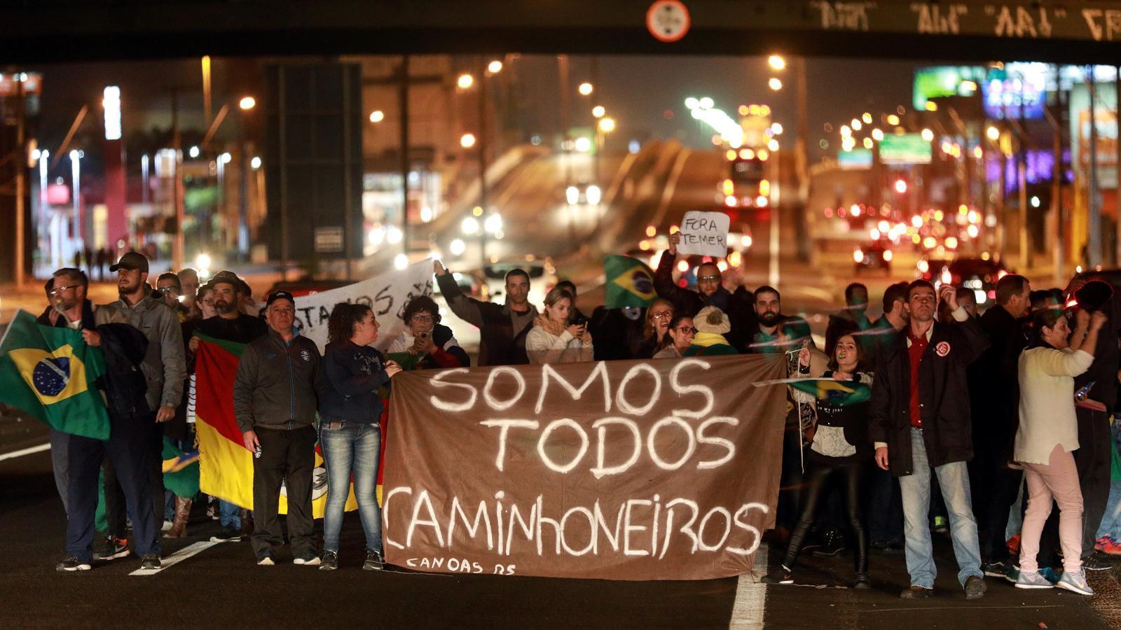 Un piquet en solidaritat amb els camioners en caga, a la localitat de Canoas