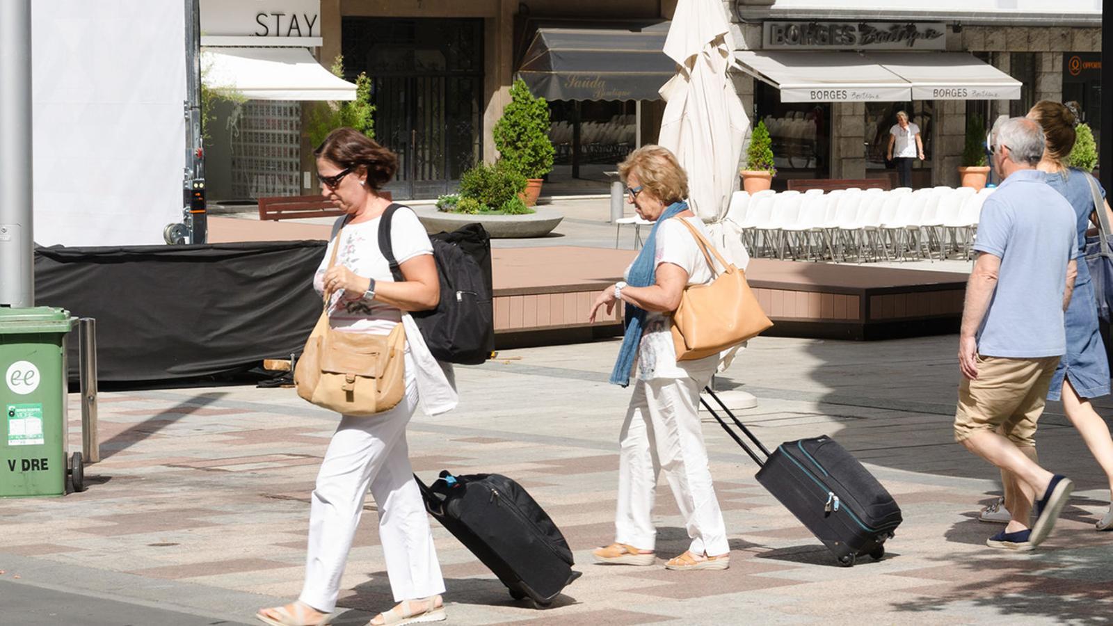 Dues turistes a la plaça Coprínceps d'Escaldes-Engordany. / ARXIU ANA