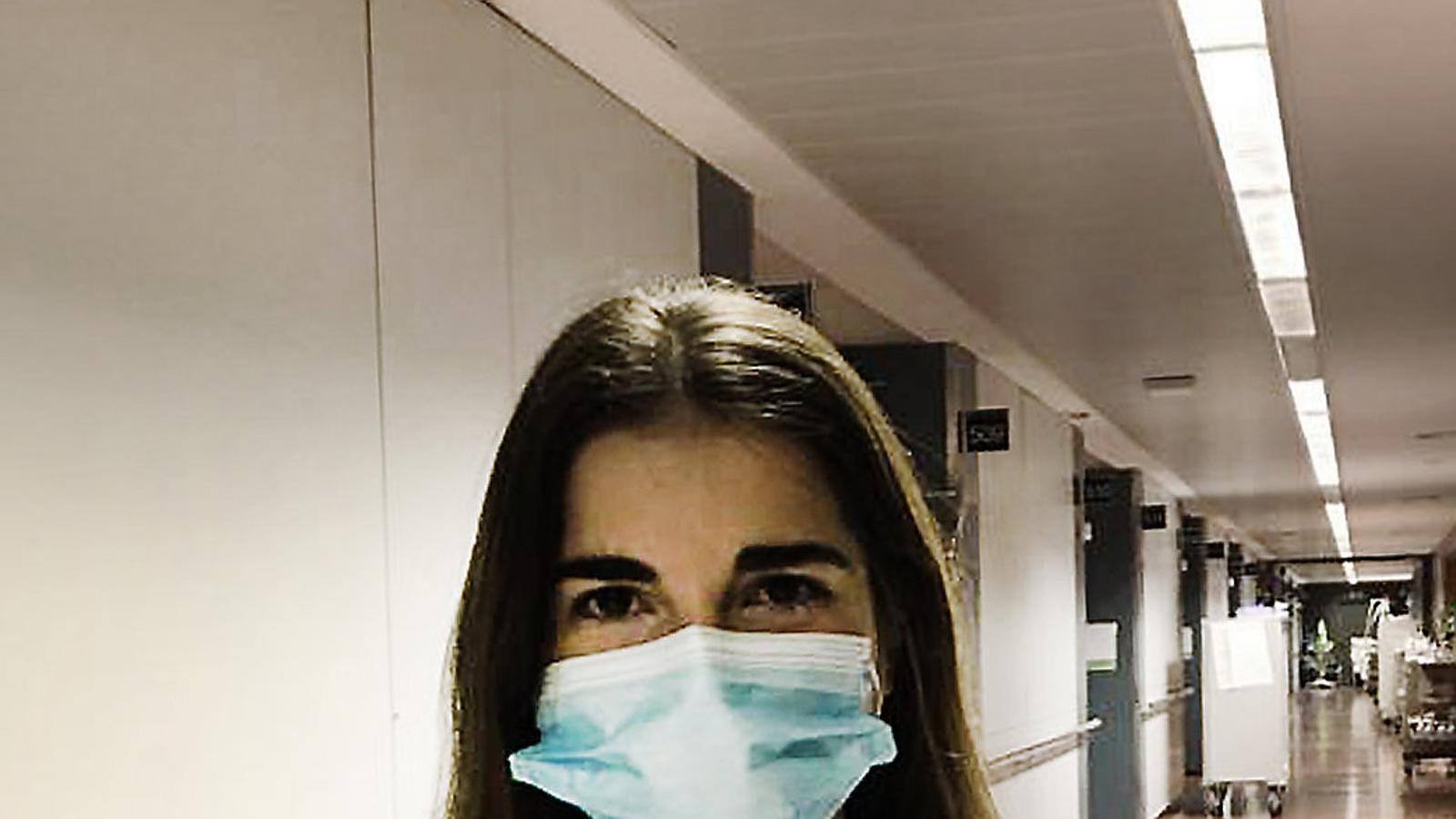 """De la Facultat de Medicina a primera línia """"Mai havia tingut ansietat en la meva vida"""" De les aules a la trinxera  Del coronavirus Infermeres i auxiliars: el contacte més directe """"Tinc 20 anys i no em sentia preparada per trobar-me morts en llits hospitalaris"""" Altres mans essencials """"Ajudem amb la paperassa perquè els metges marxin abans"""" Els nous voluntaris """"És dur fer l'última videotrucada perquè el pacient s'acomiadi"""""""