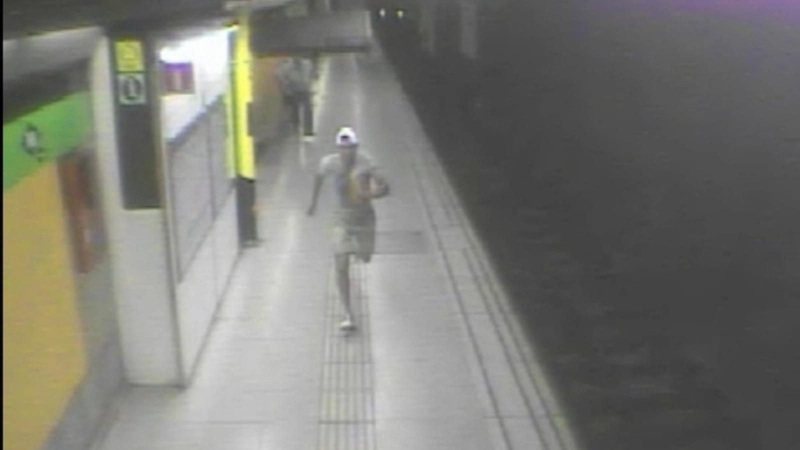 El lladre del metro que feia estrebades, captat per les càmeres de seguretat