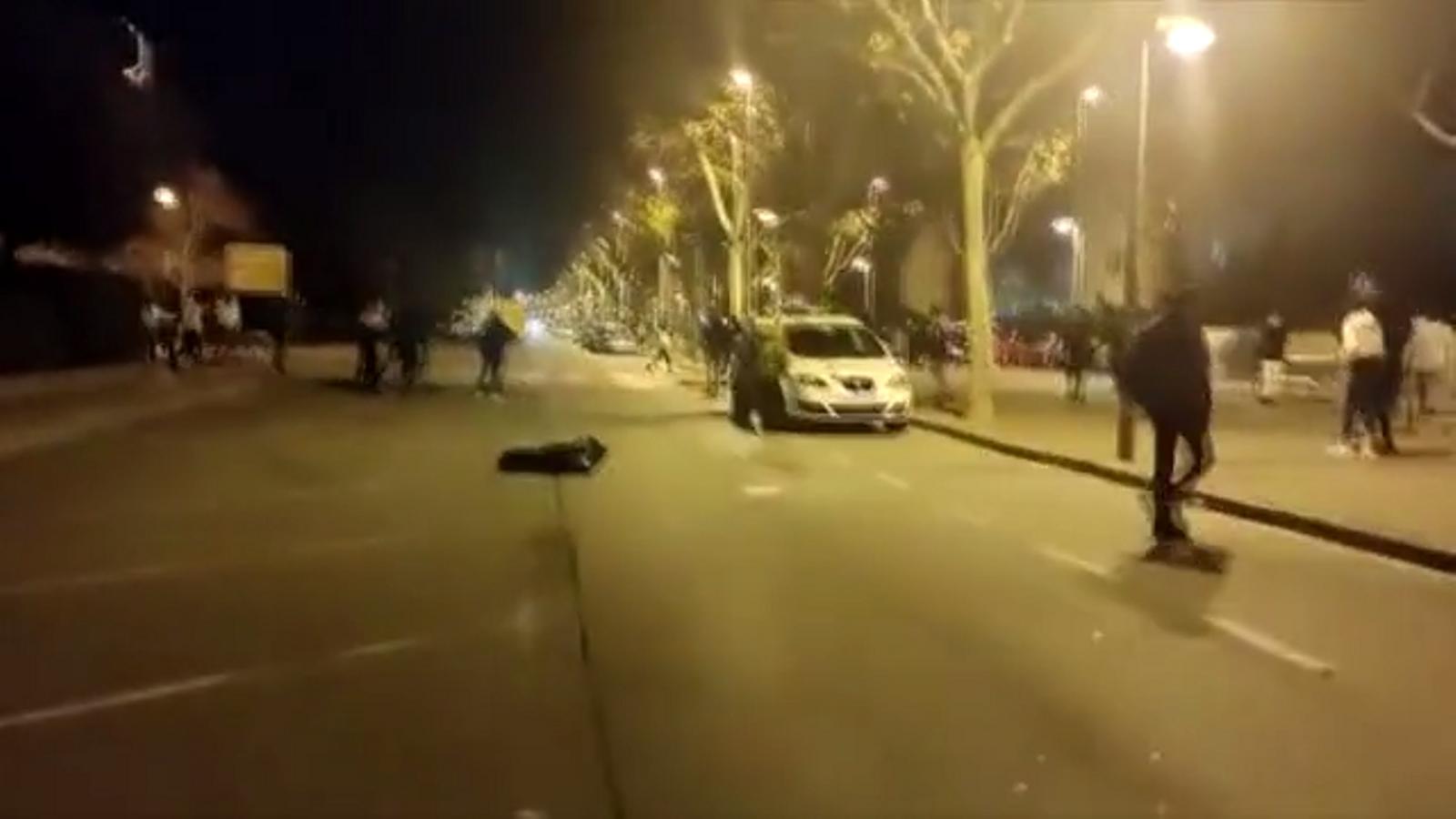 Un grup d'adolescents increpen i agredeixen una patrulla dels Mossos a Pallejà