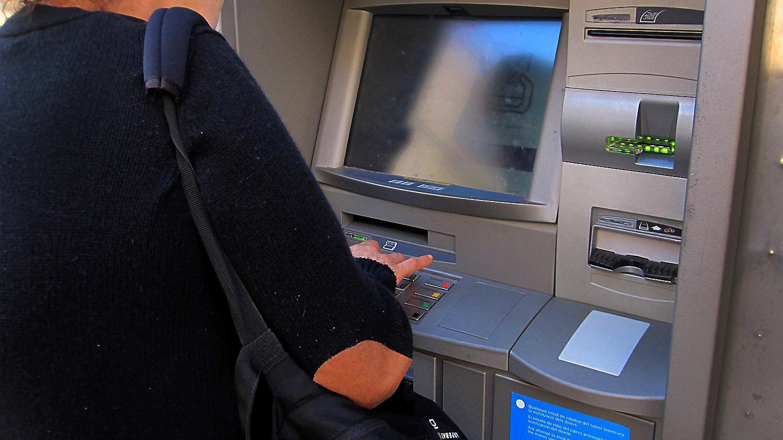 Facua reclama al govern que reguli les comissions dels bancs