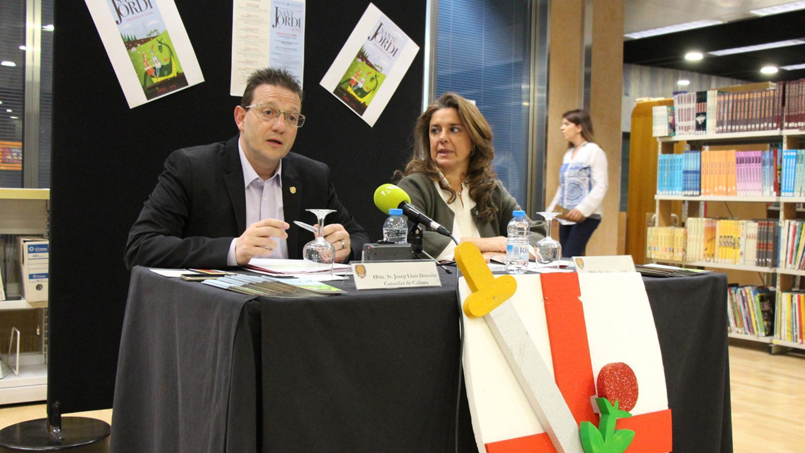 El conseller de Cultura, Josep Lluís Donsión, i la consellera de Turisme, Meritxell Teurel, durant la roda de premsa per a presentar les activitats per al dia de Sant Jordi. / M. P. (ANA)