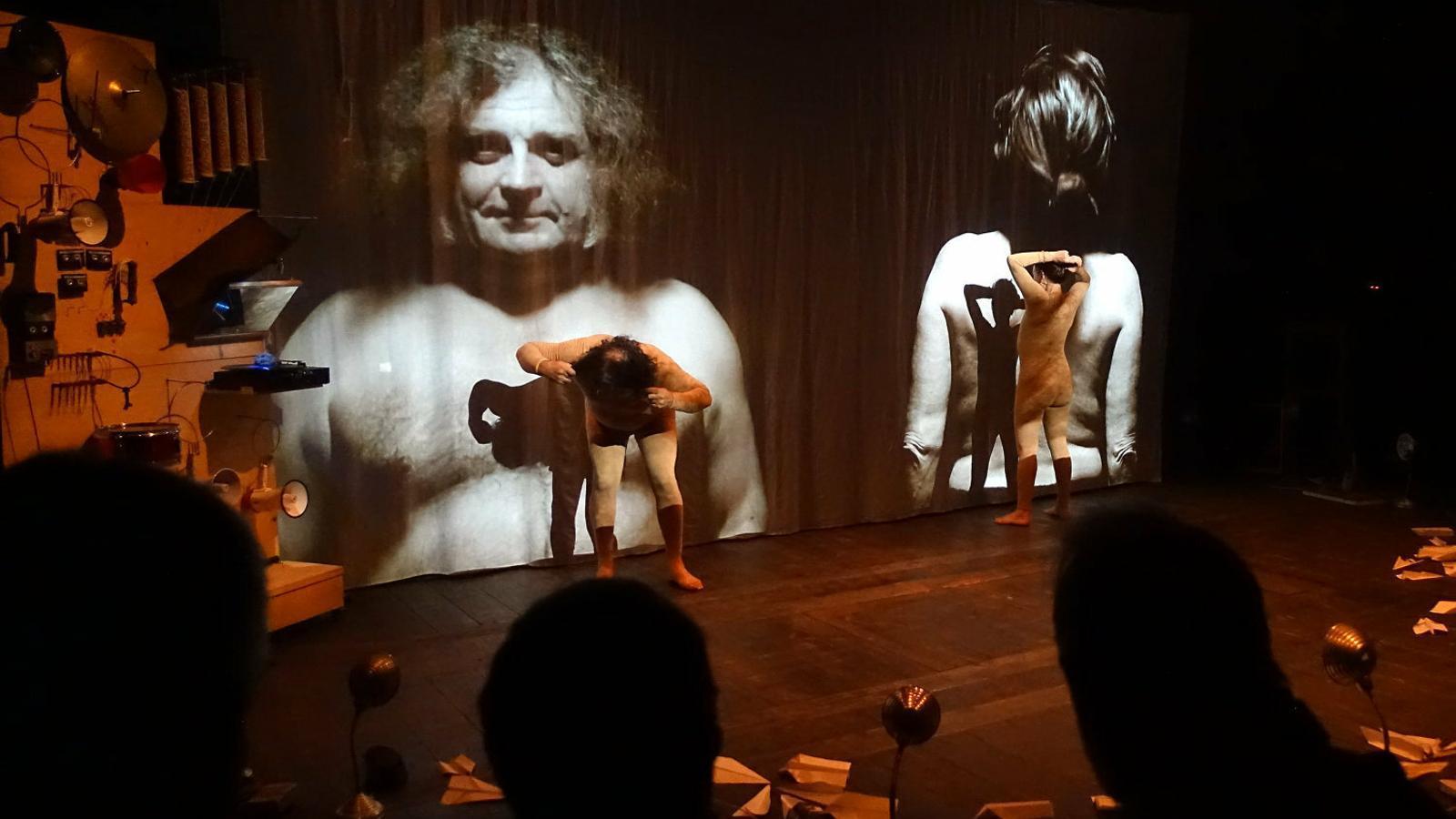 L'univers Escarlata Circus:   Circ al servei d'una història