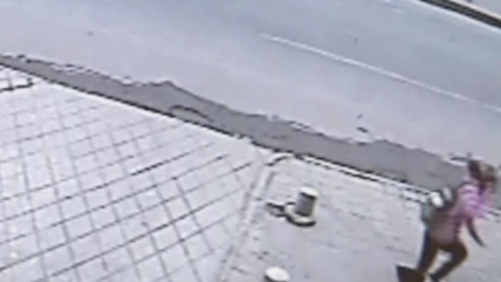 Una càmera de seguretat capta com una jove xinesa és engolida pel paviment d'un carrer