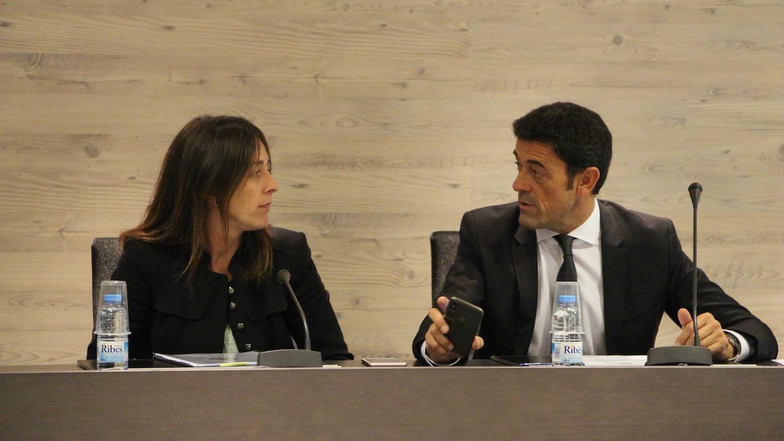 Gemma Riba i Josep Àngel Mortés conversen abans de començar el consell de comú.