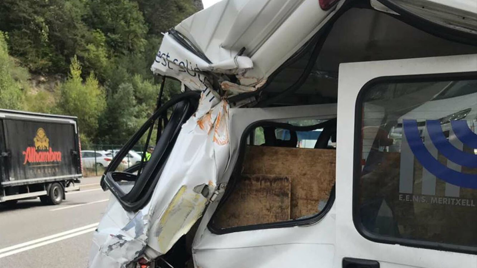 Estat en què ha quedat la furgoneta després de la topada. / ARA ANDORRA