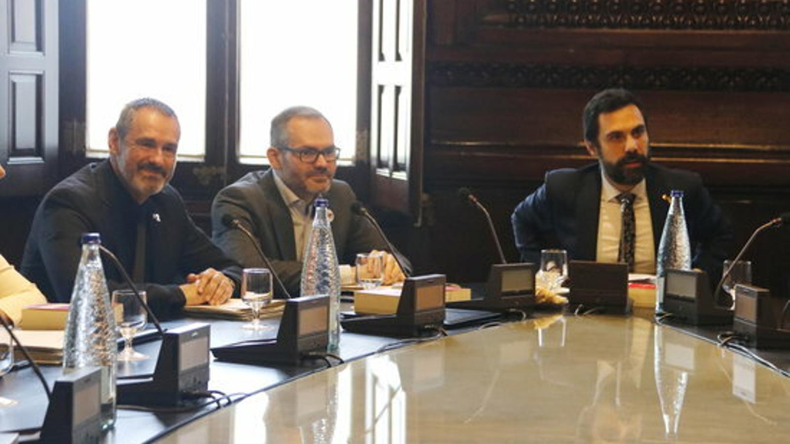 Eusebi Campdepadrós, Josep Costa i Roger Torrent en la reunió de la mesa del Parlament