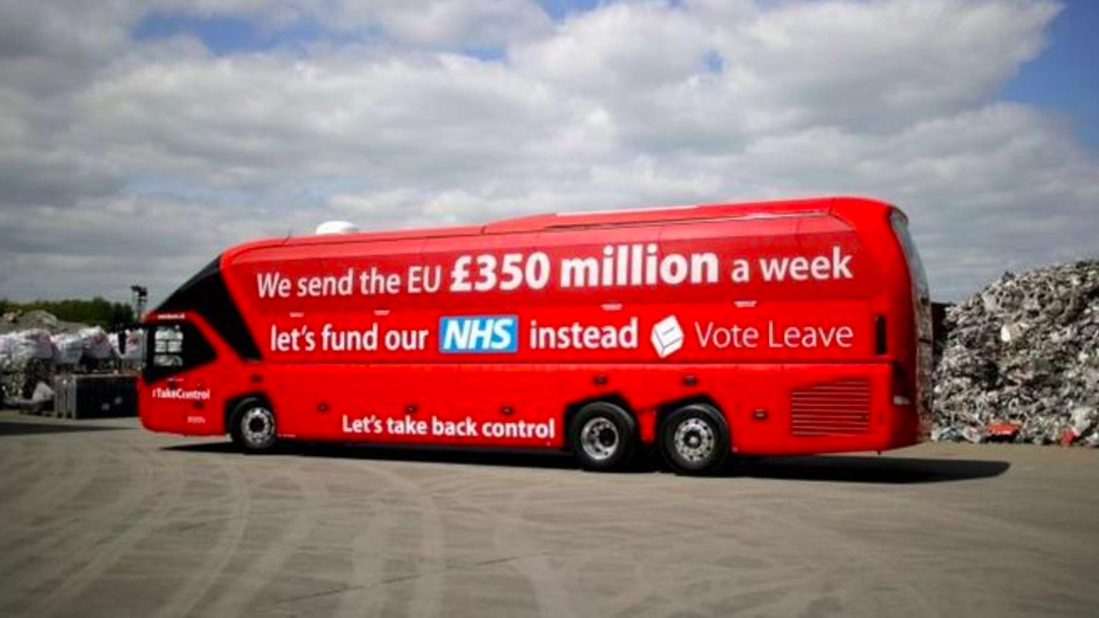 Autobús de la campanya del Brexit, que recordava que el Regne Unit envia a Brussel·les 350 milions de lliures i que es podrien invertir en el sistema nacional de salut / REUTERS