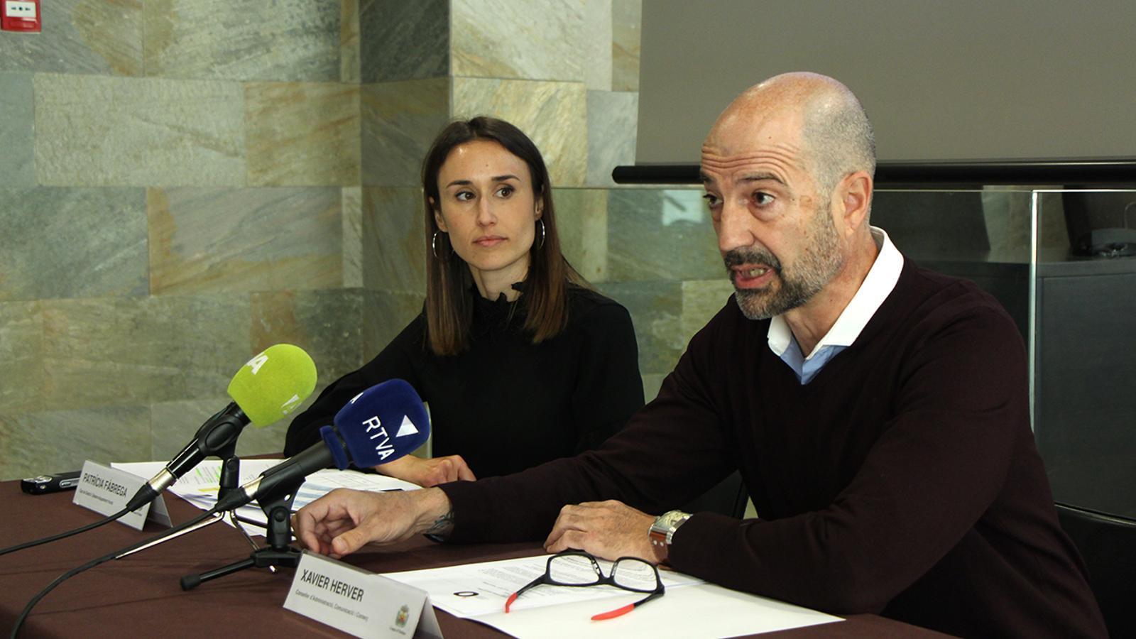La cap de Gestió de Desenvolupament Humà, Patrícia Fàbrega, i el conseller d'Administració, Comunicació i Comerç, Xavier Herver, durant la roda de premsa. / M. M. (ANA)