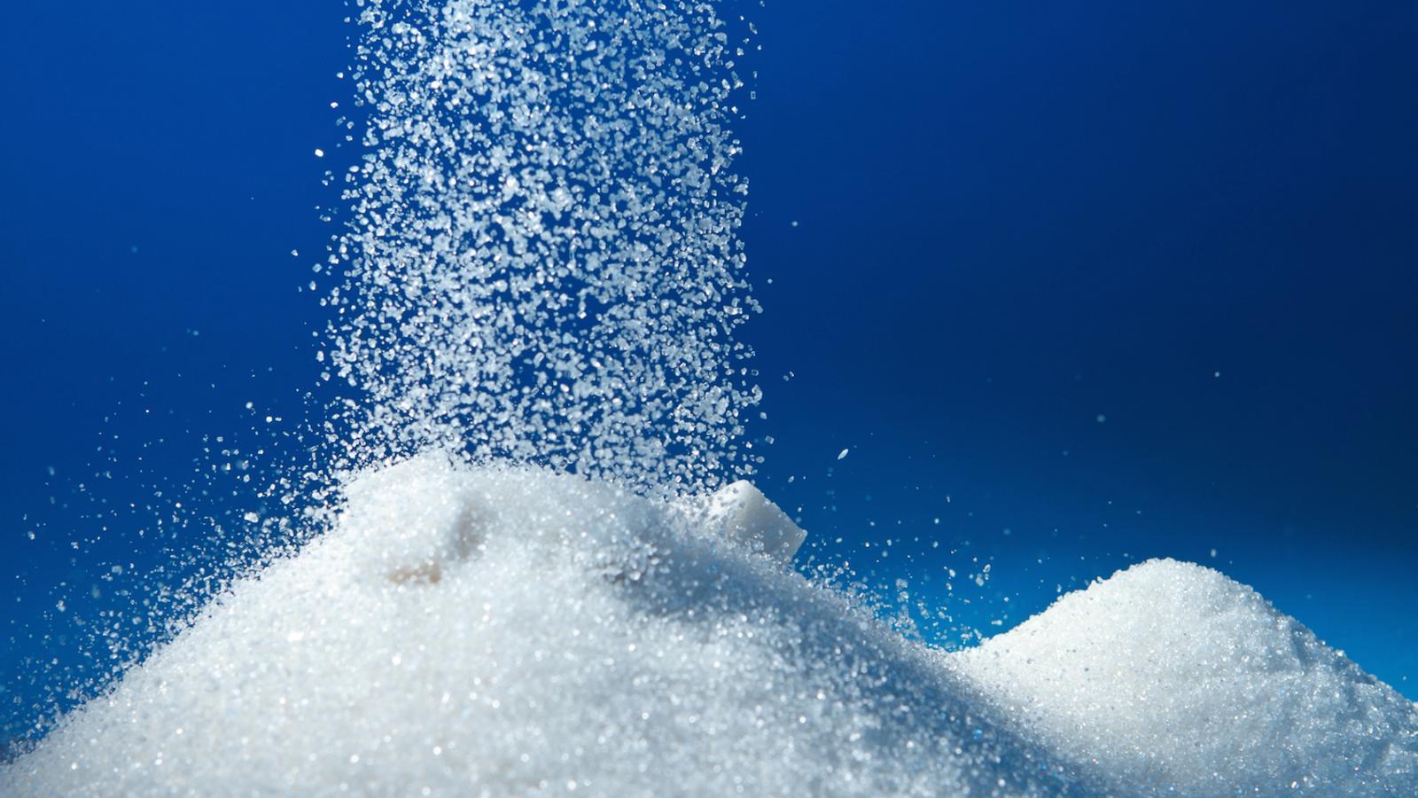 L'OMS aconsella no consumir més de 25 grams de sucre al dia. Una ampolla gran d'aigua amb suc pot arribar a tenir-ne 100 / GETTY