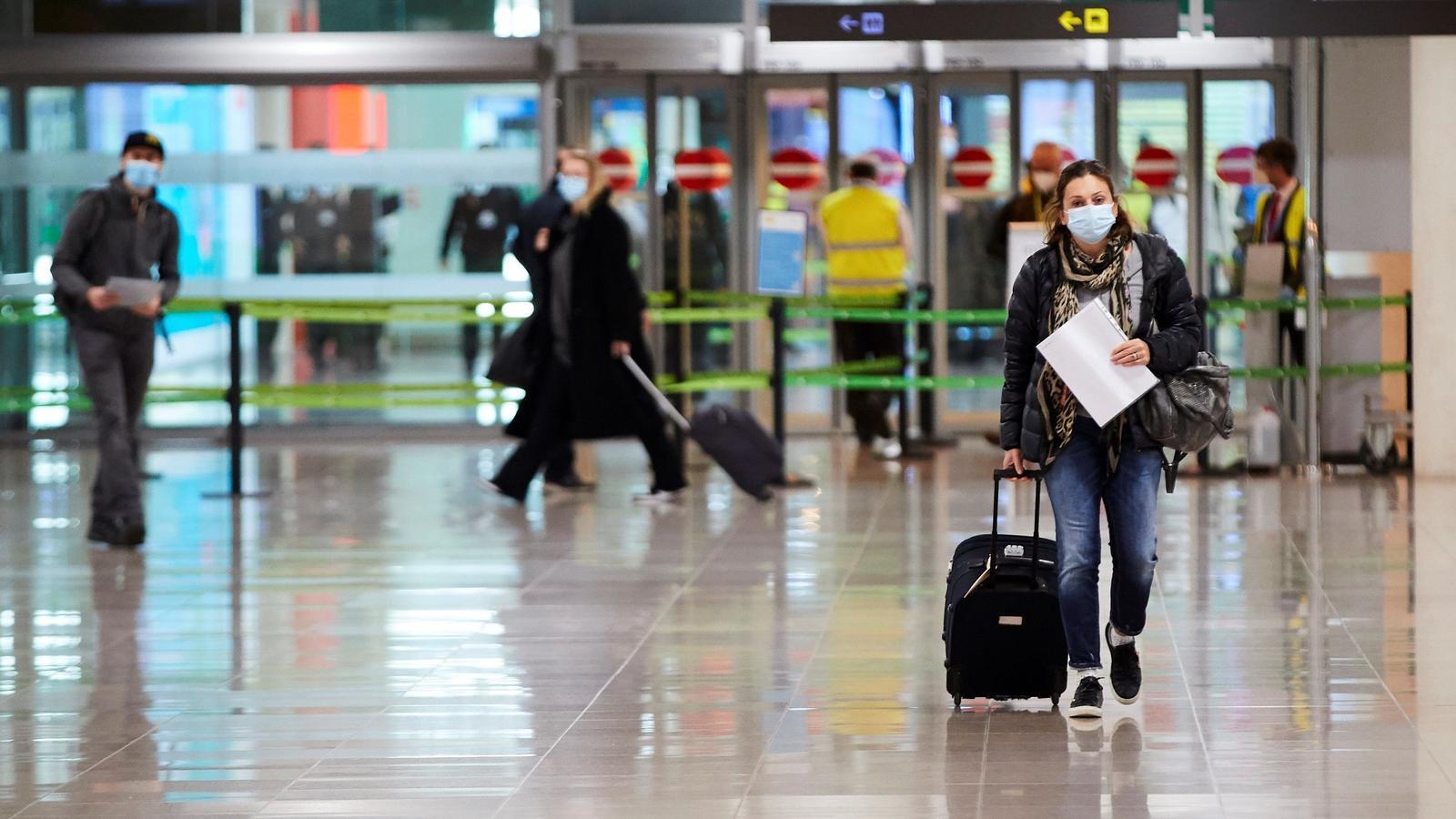 Una viatgera a l'arribada a l'aeroport del Prat