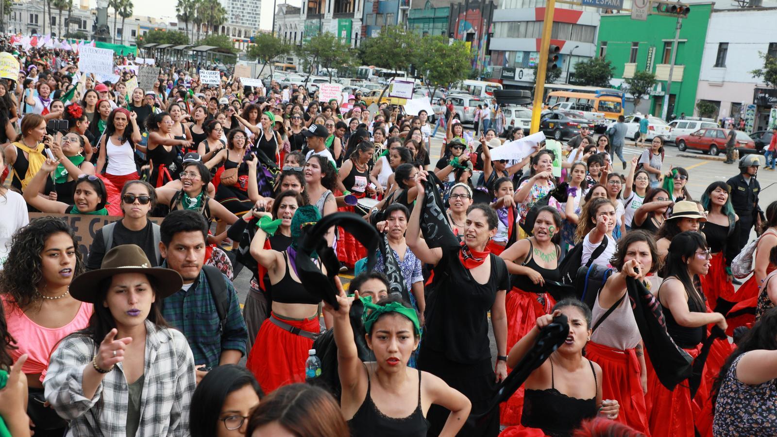 Manifestants cantant i ballant l'himne 'Un violador en tu camino', en el Dia de la Dona, el passat 3 de març a Lima
