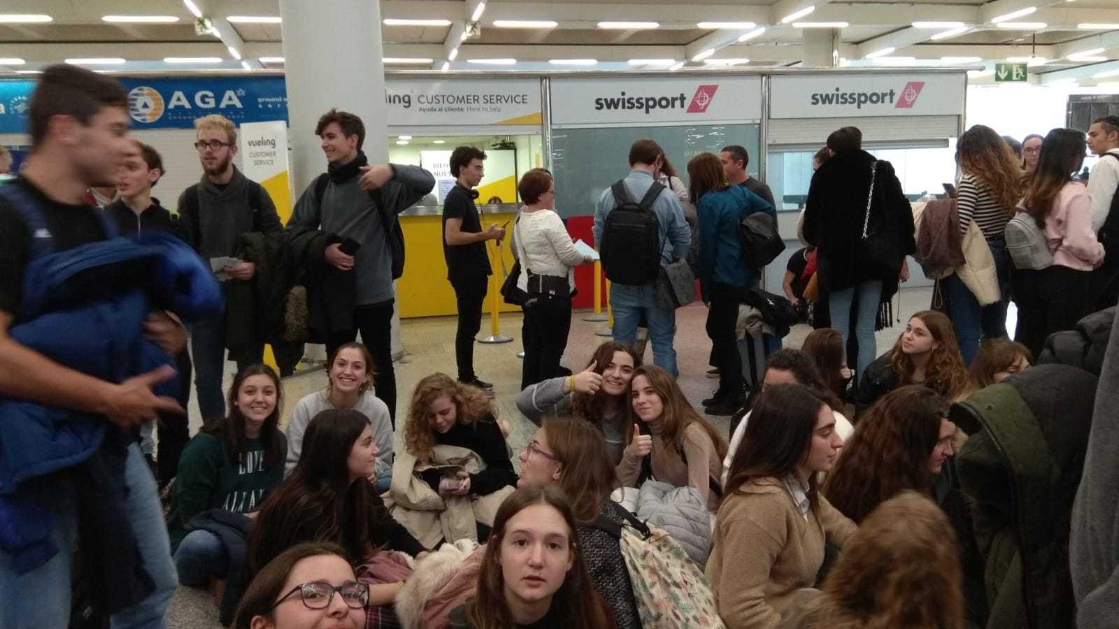 Els alumnes de l'IES de Llucmajor, sis hores abandonats per Vueling abans del viatge d'estudis