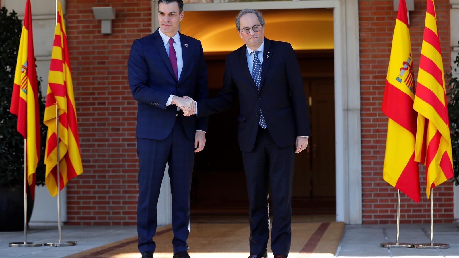 Els presidents Pedro Sánchez i Quim Torra encaixant les mans abans de la reunió de la taula de diàleg.