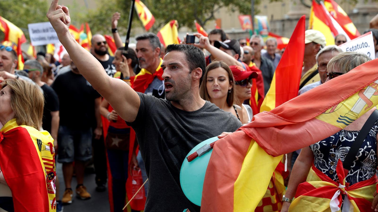 Unes 2.000 persones es manifesten convocades per Vox a Barcelona a favor la unitat d'Espanya