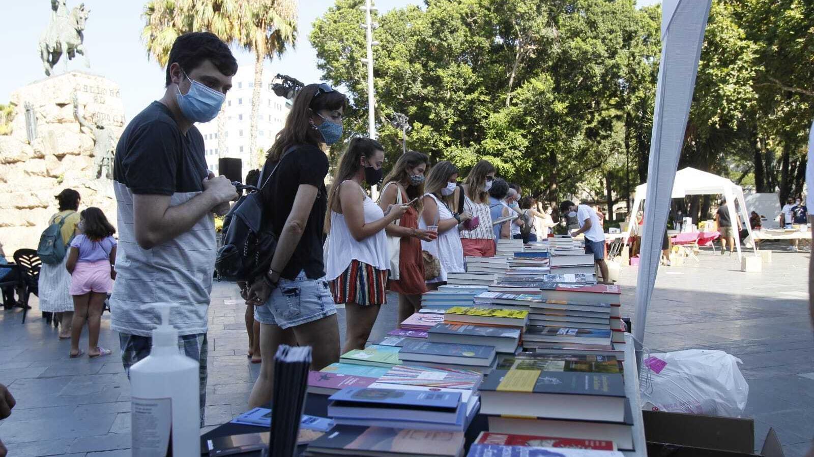 Lectors mirant llibres