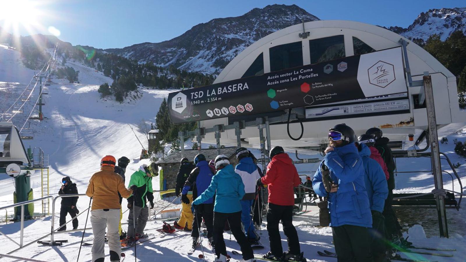 Un grup d'esquiadors aquest cap de setmana a Vallnord- Ordino Arcalís. / VALLNORD