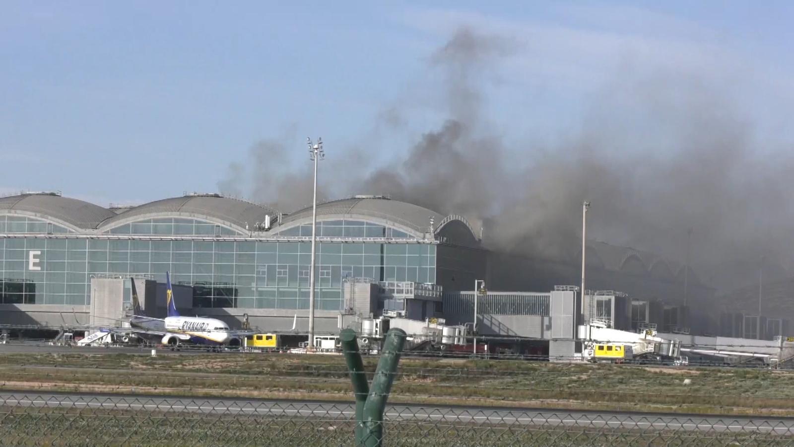 Incendi a la coberta de l'aeroport d'Alacant