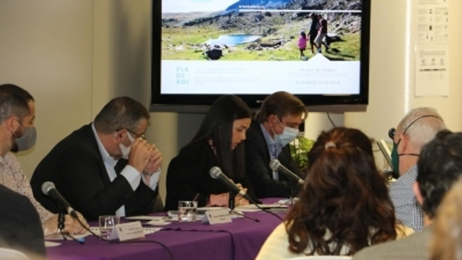 D'esquerra a dreta, Nino Marto, conseller de Reactivació Econòmica, el cònsol menor, Joan Miquel Rascagnères, la cònsol major, Laura Mas, i el conseller Miquel Alís, coordinador de Reactivació Econòmica. / E.C. (ANA)